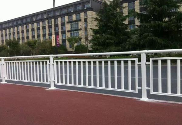湖北锌钢道路护栏-交通设施护栏
